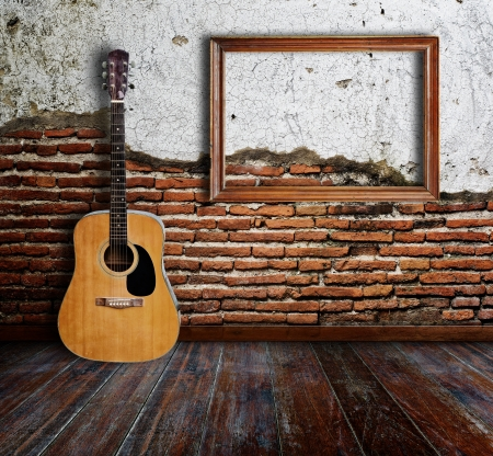 Photo pour Guitar and picture frame in grunge room  - image libre de droit