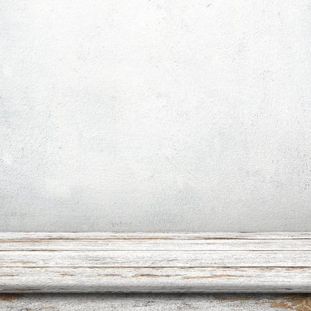 Photo pour Vintage wood table in white cement wall room. - image libre de droit