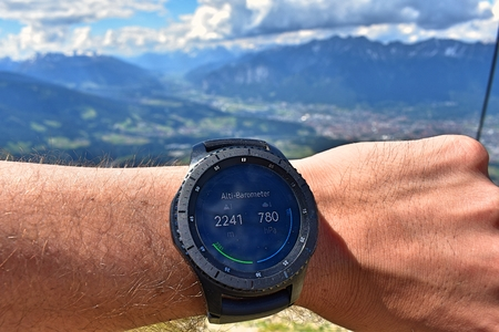 Foto per Altitude with smartwatch - Immagine Royalty Free
