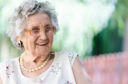 Photo pour Portrait of a smiling elderly woman - image libre de droit