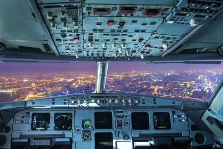 Foto de plane cockpit and the city of night - Imagen libre de derechos