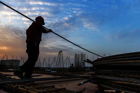 Photo pour construction worker on construction site - image libre de droit