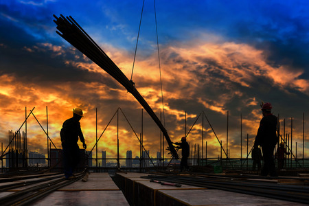 Photo pour construction worker on construction site - image libre de droit