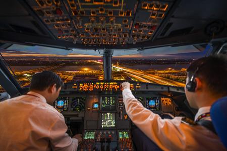 Foto de plane cockpit and city of night - Imagen libre de derechos
