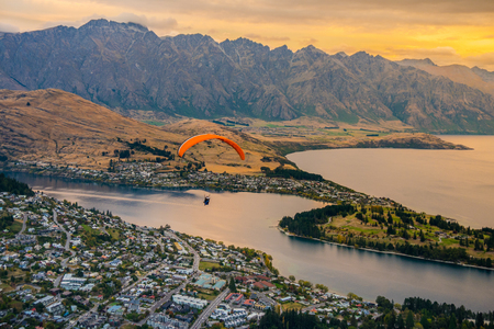 Foto de Paragliding over Queenstown and Lake Wakaitipu from viewpoint at Queenstown Skyline, New Zealand - Imagen libre de derechos