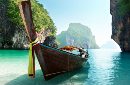Photo pour boat and islands in andaman sea Thailand - image libre de droit