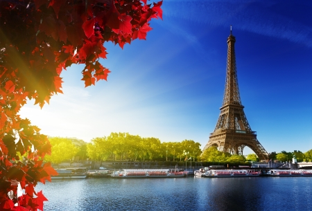 Foto de Seine in Paris with Eiffel tower in autumn time - Imagen libre de derechos