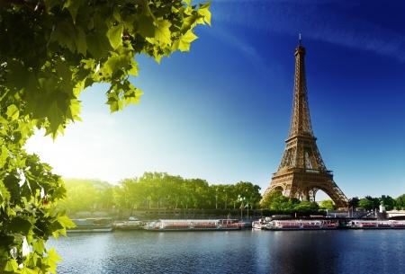 Photo pour Seine in Paris with Eiffel tower in sunrise time - image libre de droit