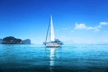 Foto de yacht and blue water ocean - Imagen libre de derechos