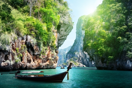 Photo pour long boat and rocks on railay beach in Krabi, Thailand - image libre de droit