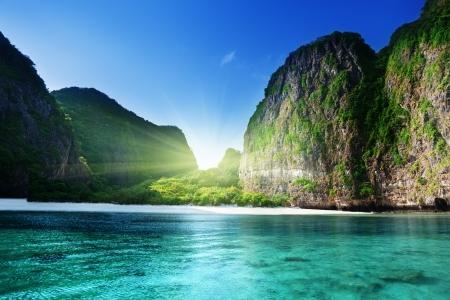 Foto de morning time at  Maya bay, Phi Phi Leh island,Thailand - Imagen libre de derechos