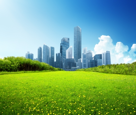 Foto de spring park and modern city - Imagen libre de derechos