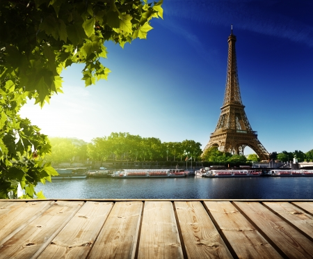 Foto de background with wooden deck table and  Eiffel tower in Paris - Imagen libre de derechos