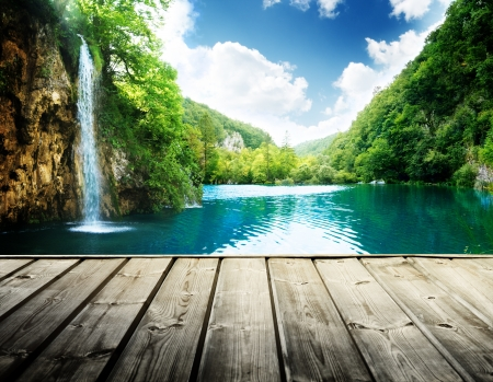 Photo pour waterfall in deep forest of croatia and wood pier - image libre de droit