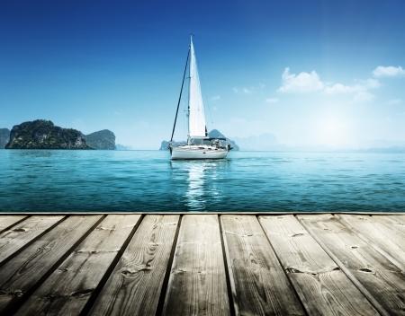 Photo pour yacht and wooden platform - image libre de droit