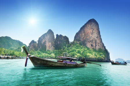 Photo pour boats on Railay beach in Krabi Thailand  - image libre de droit