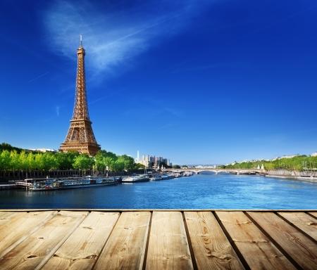 Photo pour background with wooden deck table and Eiffel tower in Paris  - image libre de droit