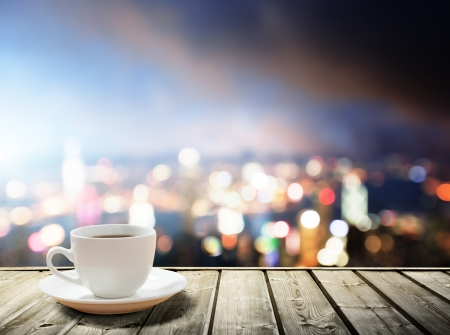 Photo pour coffee on table in the night city  - image libre de droit