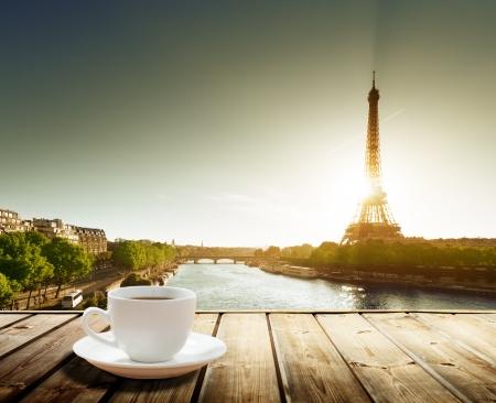 Photo pour coffee on table and Eiffel tower in Paris  - image libre de droit