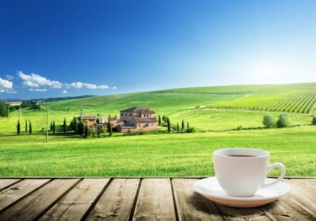Photo pour cup coffee and tuscany landscape, Italy - image libre de droit
