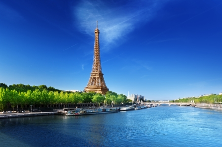 Foto de Seine in Paris with Eiffel tower in sunrise time  - Imagen libre de derechos