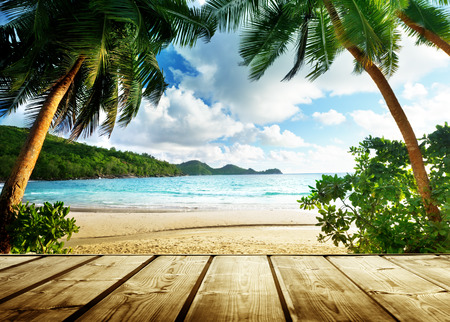 Photo pour seychelles beach and wooden pier - image libre de droit
