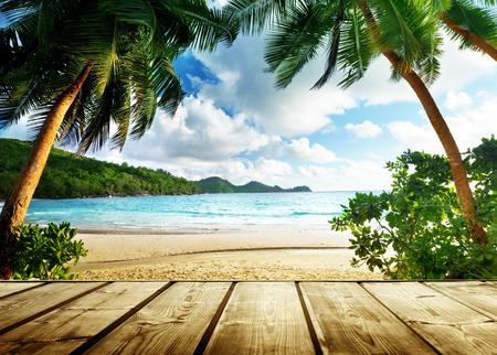 Foto de seychelles beach and wooden pier - Imagen libre de derechos
