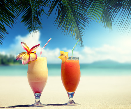 Photo pour fresh fruit juices on a tropical beach - image libre de droit