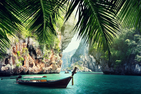 Photo pour long boat and rocks on beach in Krabi, Thailand - image libre de droit
