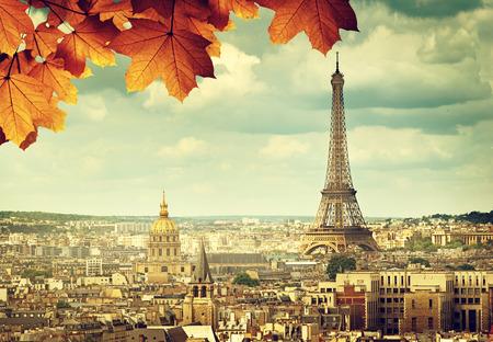 Photo pour autumn leaves in Paris and Eiffel tower - image libre de droit