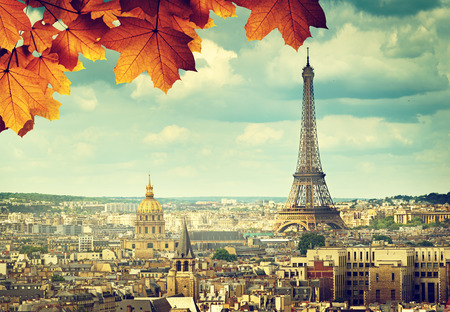 Foto de autumn leaves in Paris and Eiffel tower - Imagen libre de derechos