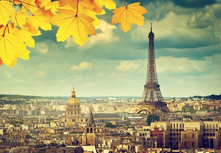 Foto de autumn leaves in Paris and Eiffel tower - Imagen libre de derechos