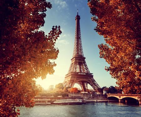 Photo pour Seine in Paris with Eiffel tower in autumn time - image libre de droit