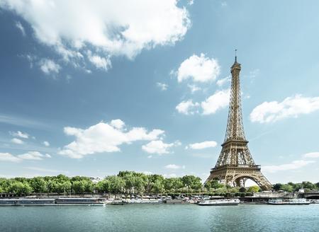 Photo pour Seine in Paris with Eiffel tower in morning time - image libre de droit