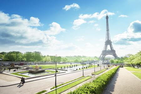 Photo pour sunny morning and Eiffel Tower, Paris, France - image libre de droit