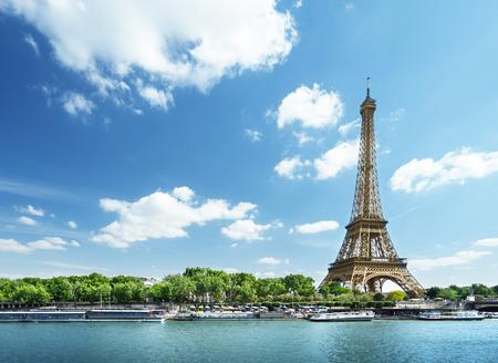 Foto de Seine in Paris with Eiffel tower in morning time - Imagen libre de derechos