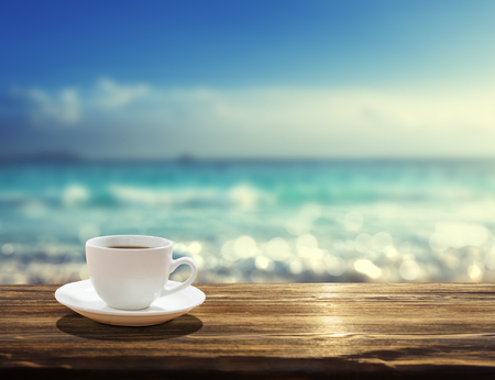 Photo pour sea and cup of coffee - image libre de droit