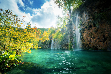 Photo pour waterfall in forest, Plitvice Lakes, Croatia - image libre de droit