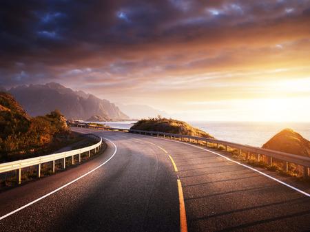 Foto de oad by the sea in sunrise time, Lofoten island, Norway - Imagen libre de derechos