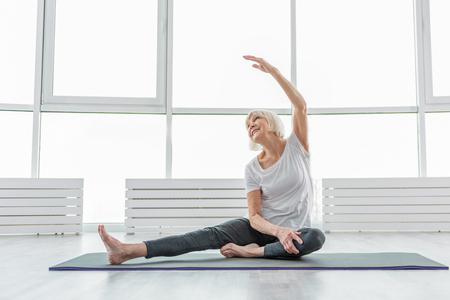 Photo pour Joyful old woman undergoing morning exercises - image libre de droit