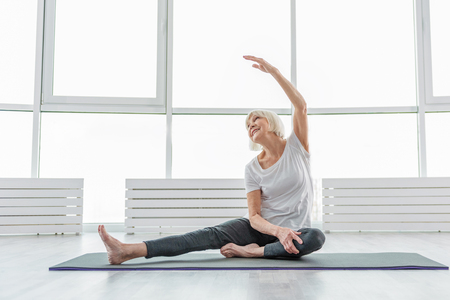 Foto de Joyful old woman undergoing morning exercises - Imagen libre de derechos