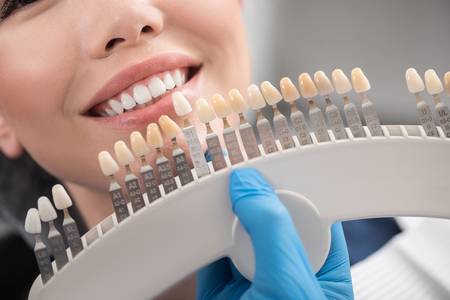 Foto de Teeth implant enclosing to happy female mouth - Imagen libre de derechos