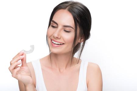 Photo pour Joyful brunette girl ready for clear-aligner treatment - image libre de droit