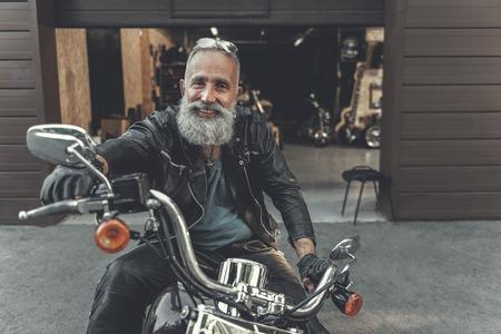 Photo pour Happy smiling old man ready for trip - image libre de droit