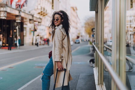 Photo pour Beautiful afro american woman standing on the street - image libre de droit