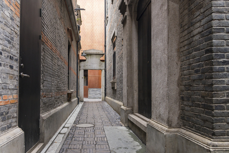 Foto de Narrow alley with antique brick walls, Xintiandi and Shanghai Shikumen building style in the French Concession area of Shanghai, China - Imagen libre de derechos