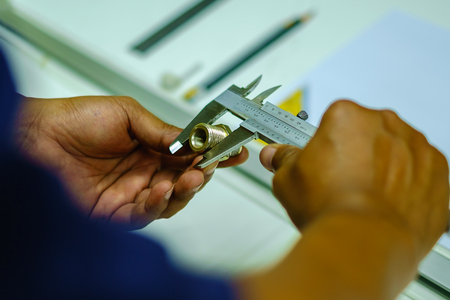 Photo pour Man's hands using Vernier caliper to measure the object - image libre de droit