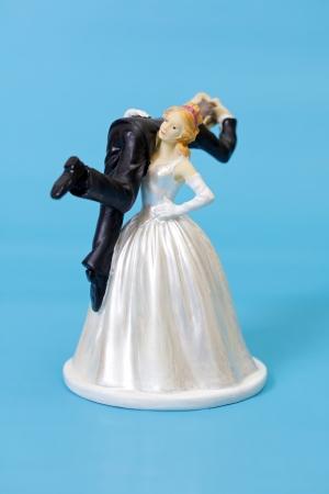 Foto de Bride and groom cake topper on blue background - Imagen libre de derechos