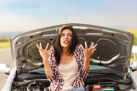 Foto de Woman being very angry because of her car's failed engine - Imagen libre de derechos