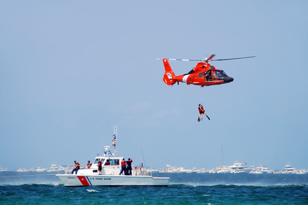 Foto de Fort Lauderdale, Florida - May 5, 2007: US Coast Guard crews conduct rescue operation at sea. The safety  training event is part of the Air and Sea Show 2007. - Imagen libre de derechos